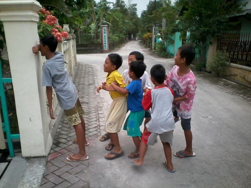 Image result for foto anak-anak bermain petak umpet